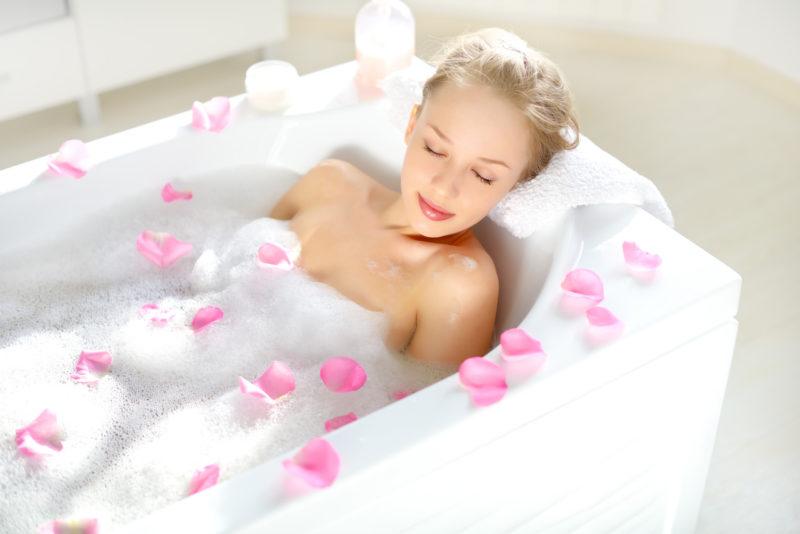 Před napuštěním vany myslete i na závěr – nachystejte si měkký a komfortní ručník. Když ho dáte nahřát na topení, bude vám opravdu blaze.