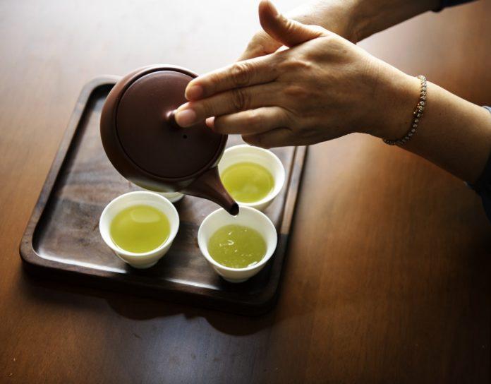 Domácí lékař vtekuté formě. I tak by se dal nazvat zelený čaj, který vsobě skrývá pořádnou porci pozitivních zdravotních efektů.