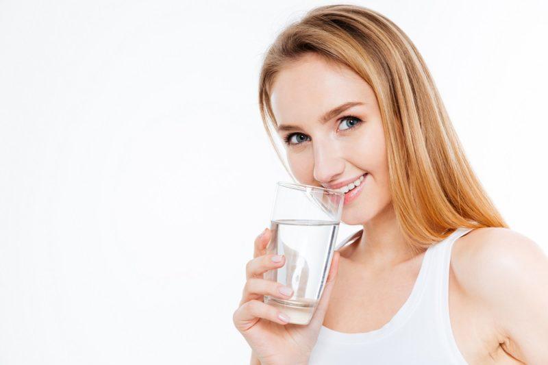 Dostatečný přísun tekutin navíc omlazuje tělo, pokud málo pijete, pokožka je vysušená a tvoří se na ní snadněji vrásky.