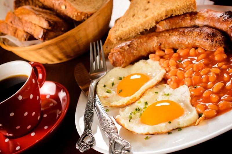 Podávané pokrmy jsou typicky slané a tepelně upravené.