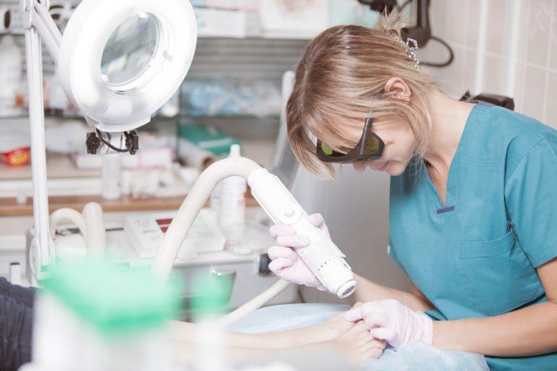 Kryoterapie neboli zmrazení bradavice tekutým dusíkem je jednou z nejznámějších metod.