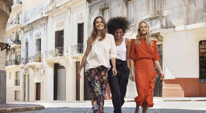 Jarní móda nemusí hýřit pestrými odstíny – vsaďte raději na tmavé květy, viktoriánské halenky a vyšívaný denim.