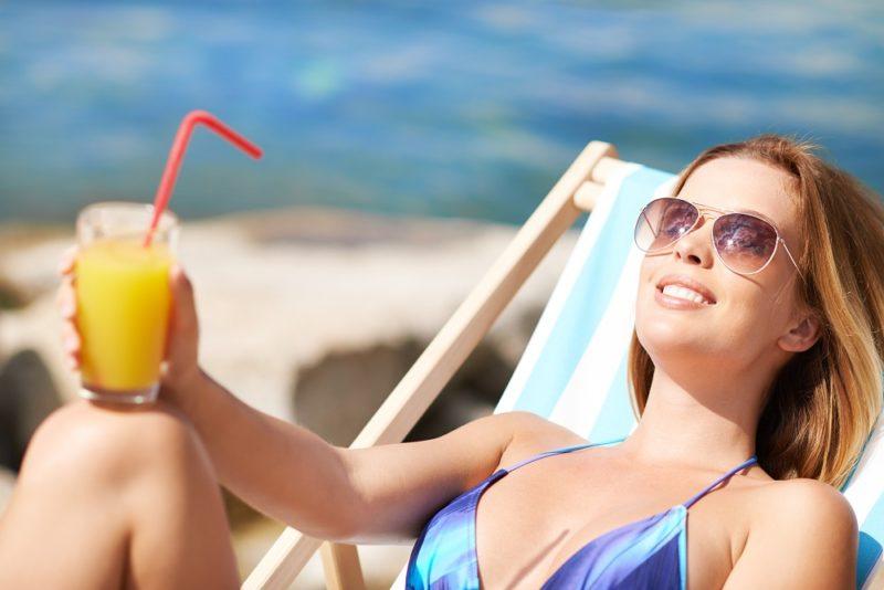 Snažte se pít vprůběhu celého dne po menších doušcích, ne pouze u jídla a to tak, že najednou vypijete litr nápoje, abyste zahnali předchozí žízeň.