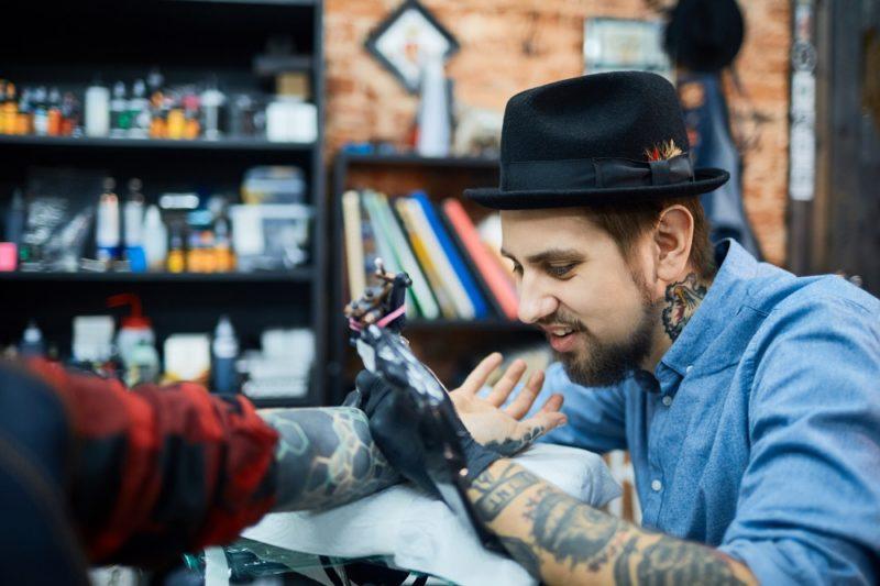 Tetovaní muži u žen zanechávají první dojem moderního, otevřeného a trendy muže.