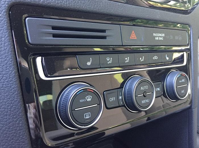 Volskwagen Golf Sportsvan – tenké rámečky na ovladačích klimatizace vypadají líp než na fotkách
