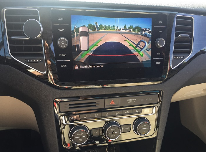 Volskwagen Golf Sportsvan – parkovací kamera má dobré rozlišení a je pochopitelná