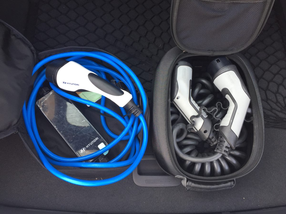 Hyundai IONIQ Plug-in Hybrid: kabel pro nabíjení do stanice a kabel pro nabíjení z domácí zásuvky