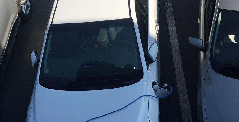 Hyundai IONIQ Plug-in Hybrid: díky modrým indikátorům na vrcholu palubní desky vidíte i z okna kanceláře stav nabíjení
