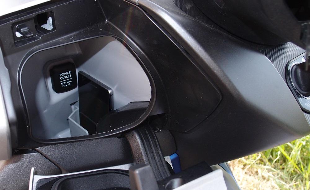 Schránka před levým kolenem je hluboká. Mobil má vlastní přihrádku a zásuvku