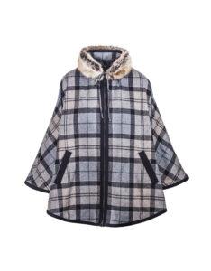 Odpoutejte se od nudných universálních kabátů a dopřejte si příjemné zahřátí trendy pelerínou. Zvolit můžete kostkovanou s módním kožíškem od značky Barbour, původní cena 12 499 Kč, outletová cena 8 749 Kč.