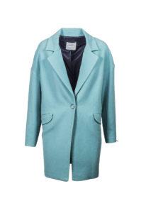 Mladistvý tyrkysově modrý kabát naleznete u značky Mango ve Fashion Arena Prague Outlet. Původní cena 2 299 Kč, outletová cena 1 299 Kč.