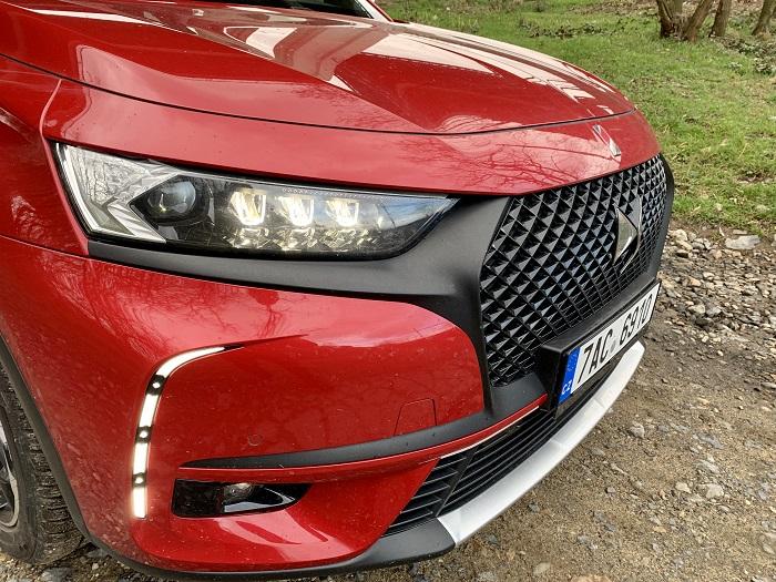 Moduly předních světlometů se po otevření vozu DS 7 Crossback rozsvítí a ožijí