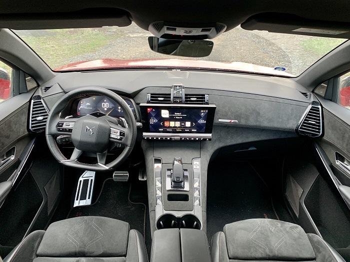 Interiér vozu je hodně, hodně, ale fakt hodně netradiční