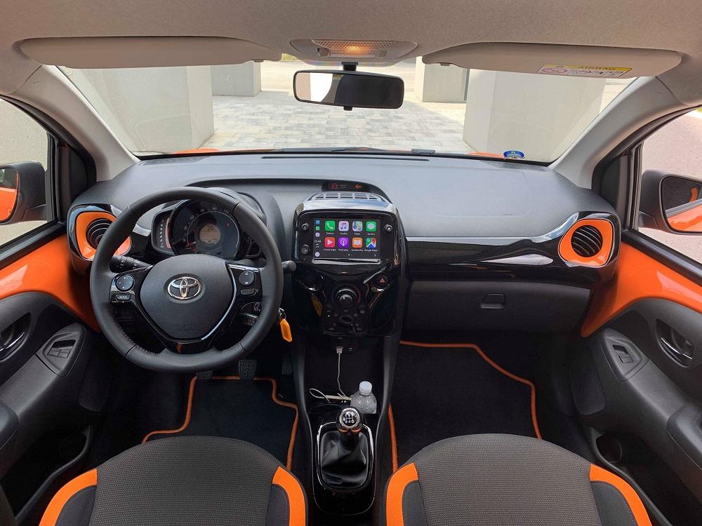 I v interiéru dominuje kombinace černé a oranžové.