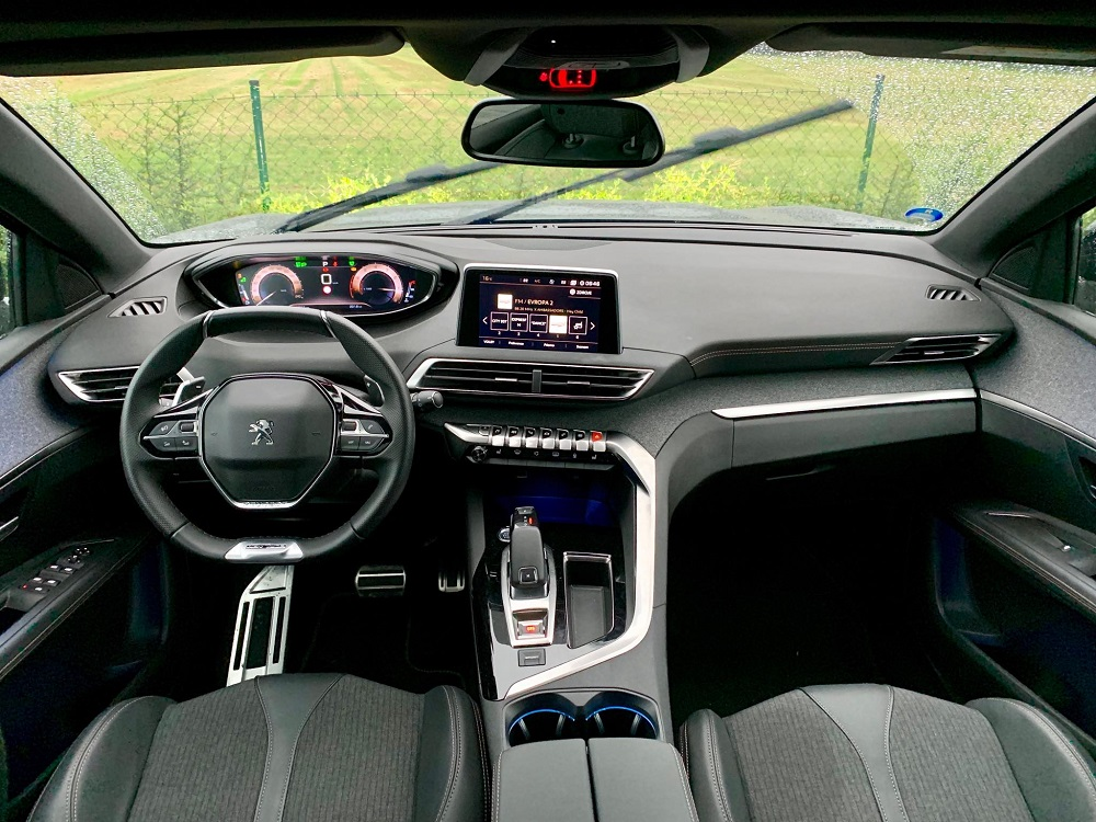 Palubní deska nejnovější generace Peugeot i-Cockpit je lehce futuristická a to já rád.