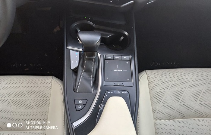 Ovládání v Lexusu UX 250h je přes touchpad.