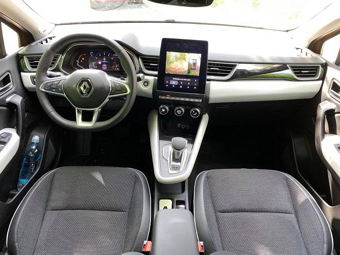 Uvnitř vozu vás na první pohled zaujme obrovský infotainment