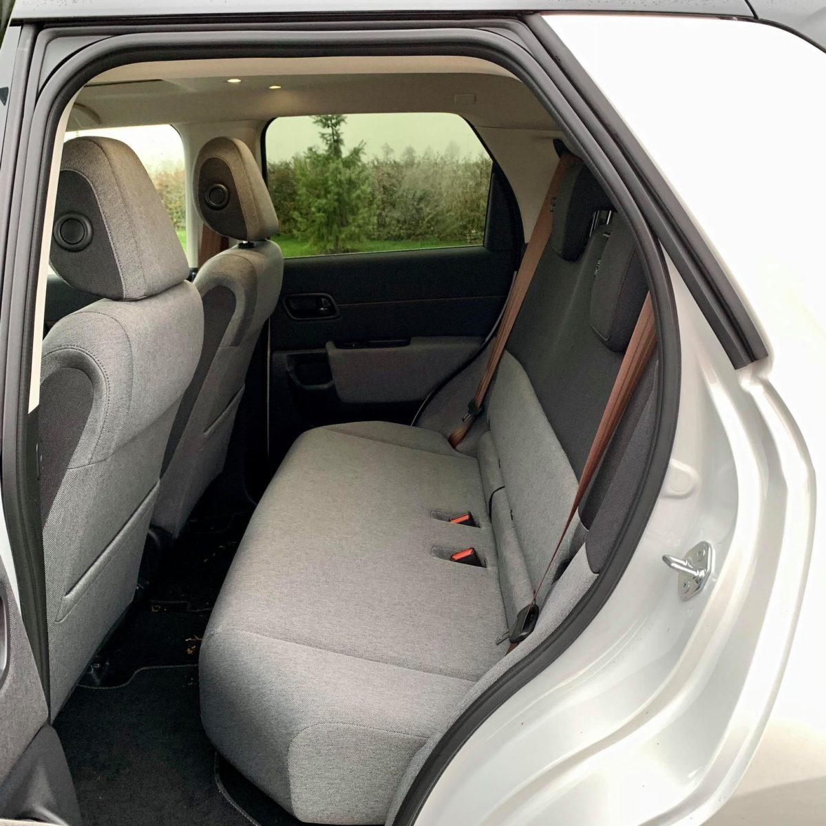 Světle šedá s tmavě šedou a do toho hnědé bezpečnostní pásy, pecka!